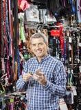 Штрихкод скеннирования клиента на ярлыке цепи на магазине любимчика Стоковое Изображение RF