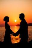 соедините влюбленность Силуэт человека и женщины во время Солнця Стоковая Фотография