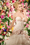 όμορφο μοντέλο μόδας νύφη αισθησιακή Γυναίκα με το γαμήλιο φόρεμα Στοκ Εικόνες