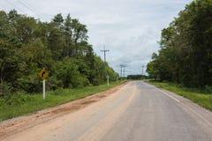 乡下公路,当心曲线,减速,警告 库存图片