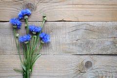 矢车菊花束在木桌上的 免版税图库摄影