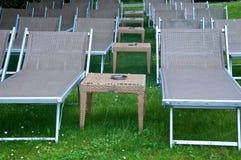 与伞和小桌的美丽的海滩睡椅 免版税库存图片