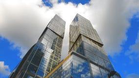 在摩天大楼的云彩 影视素材