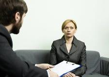 Άτομο σε ένα επιχειρησιακό κοστούμι που πραγματοποιεί μια συνέντευξη εργασίας συνέντευξη έτοιμη Στοκ εικόνα με δικαίωμα ελεύθερης χρήσης