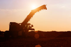 在日落的农机 库存照片