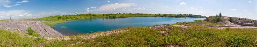 Πανοραμική εικόνα της μπλε λίμνης Στοκ Εικόνες