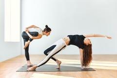 Δύο νέες γυναίκες που χορεύουν στη γυμναστική Στοκ φωτογραφίες με δικαίωμα ελεύθερης χρήσης
