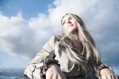 背景白肤金发的蓝天妇女年轻人 免版税库存照片