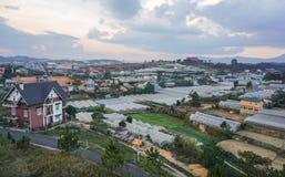 许多房子和种植园在大叻 图库摄影