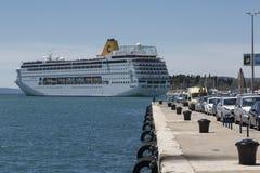 Крейсер покидая порт разделения, Хорватия Стоковые Фотографии RF