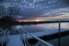 日落在安大略湖的小船发射 免版税库存图片