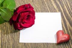 红色玫瑰,心脏,爱笔记 免版税库存照片