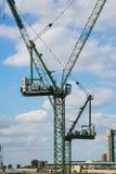 两台建筑用起重机,伦敦市 库存图片