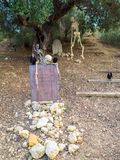 与骨骼的万圣夜构成在坟园 免版税库存图片