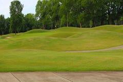 在高尔夫球场的美丽的青山 免版税库存图片