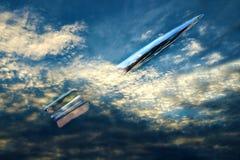 银色火箭队通过云彩飞行 库存图片