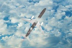 与蓬松白色云彩的明亮的蓝天 库存图片