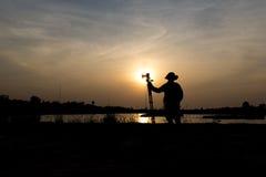 摄影师日落的一个湖 图库摄影