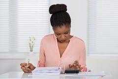 Фактура женщины расчетливая с калькулятором Стоковое Изображение