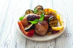 Τυμπανόξυλα κοτόπουλου που ψήνονται με τα λαχανικά Στοκ φωτογραφία με δικαίωμα ελεύθερης χρήσης