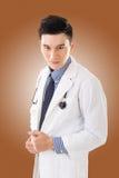 有姿态的亚裔医生 免版税库存图片