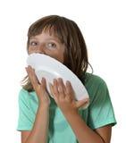 吃一些食物的愉快的小女孩 库存照片