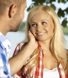 愉快的可爱的白肤金发的妇女爱抚了室外 免版税库存图片