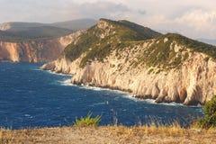 与峭壁的莱夫卡斯州的,爱奥尼亚海,希腊海岛海岸线和海 免版税库存图片