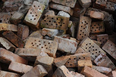 室外堆残破的老的砖 免版税图库摄影