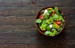 Ελληνική σαλάτα στο δοχείο αργίλου Στοκ φωτογραφία με δικαίωμα ελεύθερης χρήσης