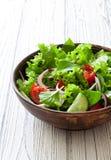 Φυτική σαλάτα με το φρέσκα μαρούλι, τις ντομάτες και το αγγούρι Στοκ Εικόνα