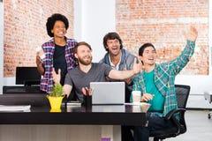 激动的人办公室不同的混合种族团体买卖人惊奇 免版税库存照片