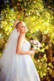 白色礼服的美丽的白肤金发的新娘 免版税库存照片