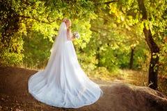 白色礼服的美丽的白肤金发的新娘 免版税库存图片