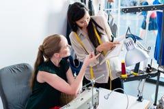 裁缝或时装设计师谈论样式 免版税库存图片