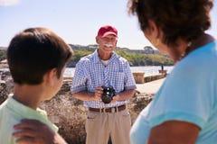 家庭祖父母在度假在拍照片的古巴祖父的 库存图片