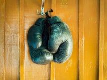 在墙壁上的拳击手套 免版税库存照片