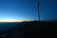山顶十字架在早晨 免版税图库摄影