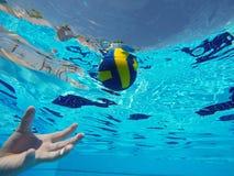 漂浮在水池的球 图库摄影