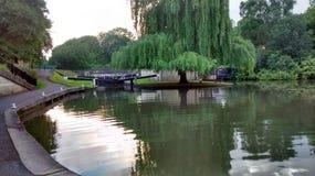 在巴恩,英国浇灌在运河的锁 免版税库存照片