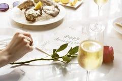 愉快的周年庆祝食物承办酒席概念 免版税库存照片