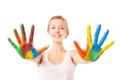 妇女看在五颜六色的油漆绘的棕榈 库存照片