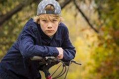 自行车的年轻男孩 免版税库存图片
