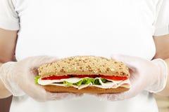 Γρήγορο φαγητό στα χέρια αρχιμαγείρων Στοκ εικόνες με δικαίωμα ελεύθερης χρήσης