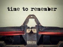 时刻记住在用尘土盖的老打字机的文本 库存图片