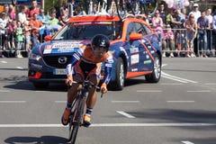在转帐服务环意自行车赛游览的序幕的期间专业骑自行车者  图库摄影