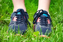 关闭在草的跑鞋 免版税库存图片