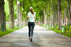 运行在公园的一个母赛跑者的全长画象 库存图片