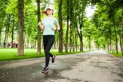运行在公园的一个母赛跑者的全长画象 库存照片