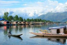 人在湖的划艇在斯利那加,印度 图库摄影